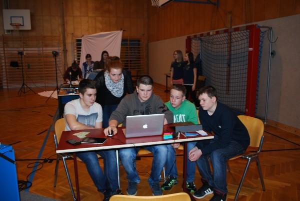 """Daniela erklärt den Schülern """"Responsive Webdesign"""""""