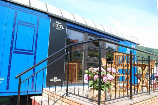 Waggonhotel mit sonniger Terrasse