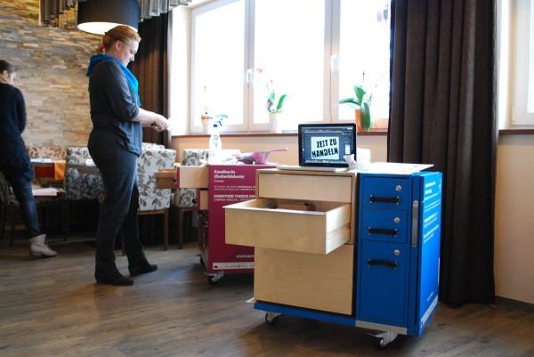 Nicole Trösch mit den Werkboxen
