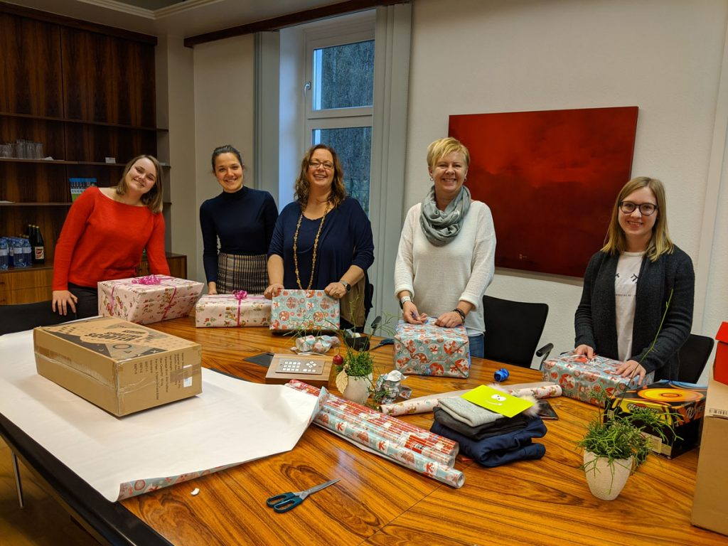 crosseye Team verpackt Geschenke für Kinder aus armen Verhältnissen