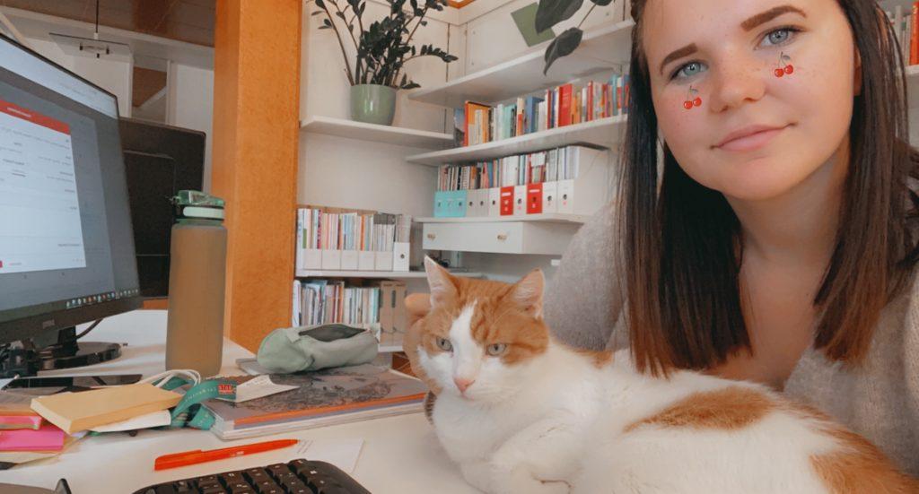 Magdalena mit Charly bei der Arbeit