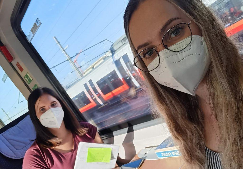 Laura & Magdalena am Weg nach Salzburg